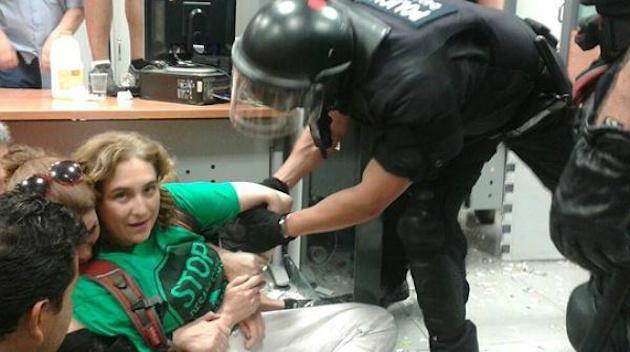 Tulevane Barcelona linnapea Ada Colau. Foto, mis tiirles sotsiaalmeedias valimisjärgsel päeval jõudsalt.
