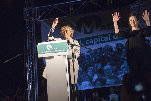 Vasakul valges Manuela Carmena (erakond Madrid Ahora, Madrid) , paremal viipetõlk :) Foto: Diagonal Periodico.