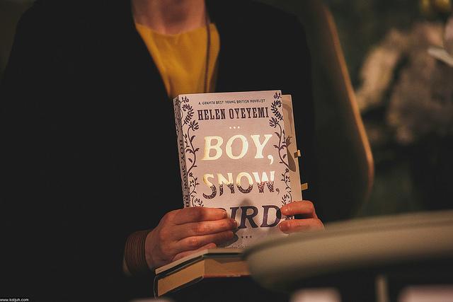 "Helen Oyeyemi teos "" Boy, snow, bird"". Fotograaf: Dmitri Kotjuh/kotjuh.com"