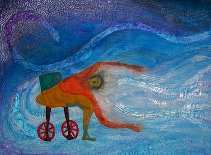 Pildil on naivistlik tekstiilimaal. Kujutatud on taevasinisel taustal ratastoolis naist joogapoosis.